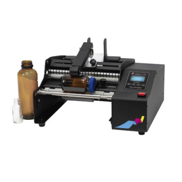 Der A200 ist eine halbautomatische Etikettiermaschine zum Anbringen von Etiketten auf Rollen an Flaschen, Dosen, Gläsern und anderen zylindrischen Behältern.