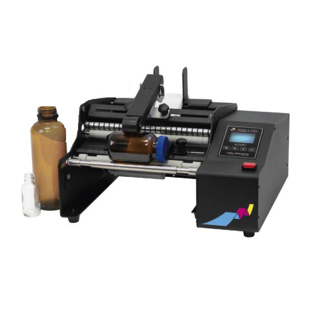A200 е полуавтоматична машина за етикетиране, предназначена за нанасяне на етикети върху ролки върху бутилки, консерви, буркани и други цилиндрични контейнери.